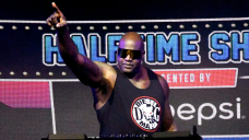 Shaquille O'Neal goes through table during AEW Dynamite match