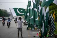 Pakistan temporarily blocks social media