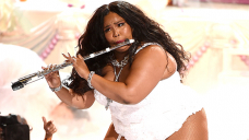 Lizzo Perfectly Performs Her Flute In Daisy Dukes & Leather-essentially based totally mostly Prick High After Telling Off Haters Of 'Rumors'