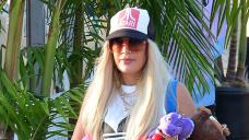 Tori Spelling Transforms Into Gwen Stefani With Long Blonde Hair, Prick High & Punk Pants